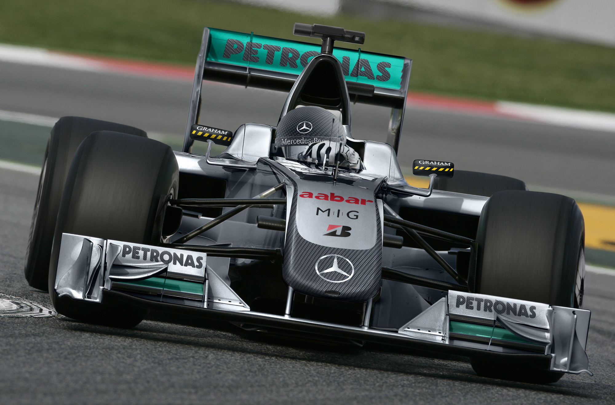 Mercedes gp picks up petronas for Mercedes benz f1