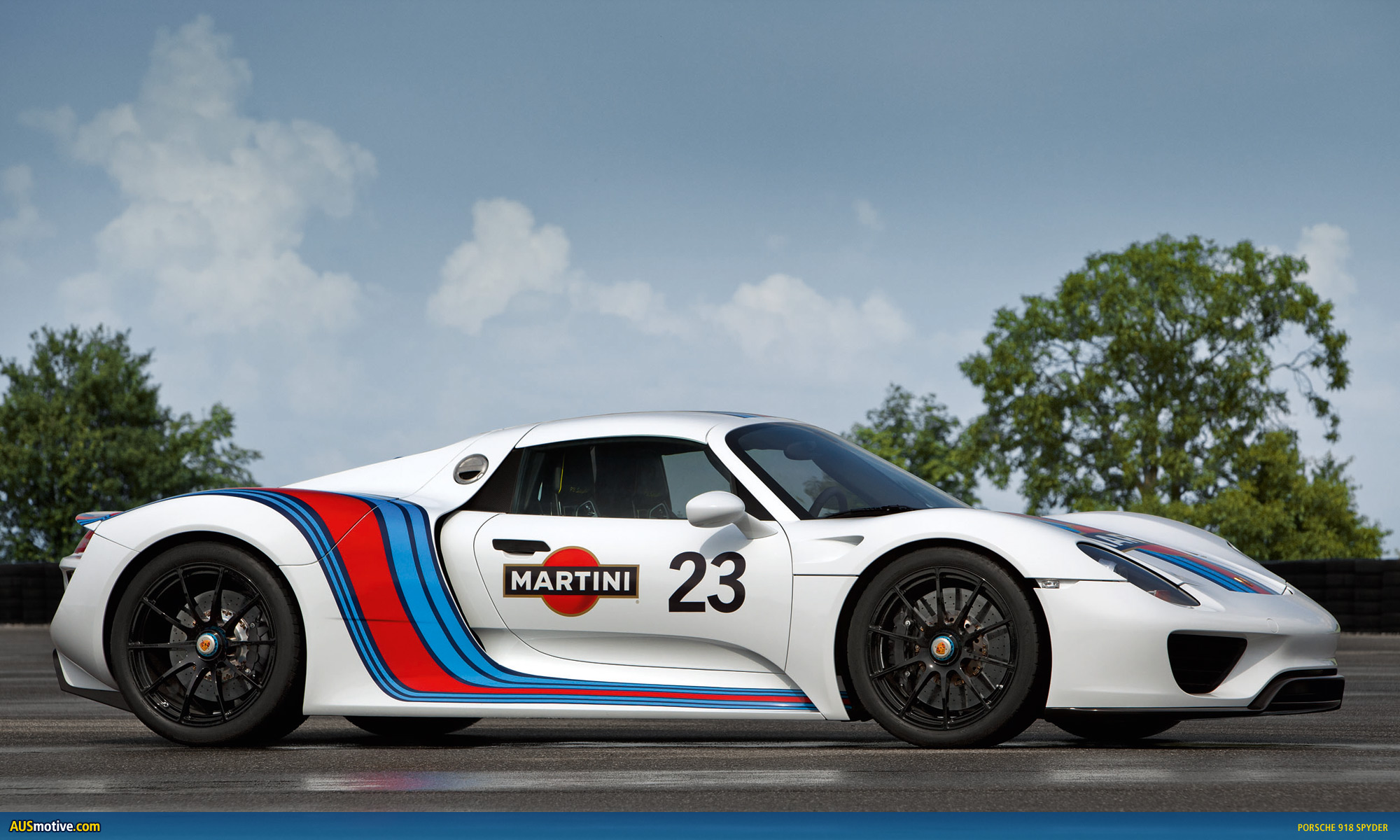 Porsche 918 spyder in classic martini livery for Porsche 918 interieur