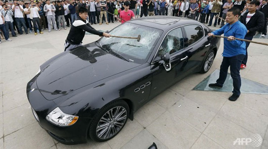 Maserati Quattroporte sledgehammered in China